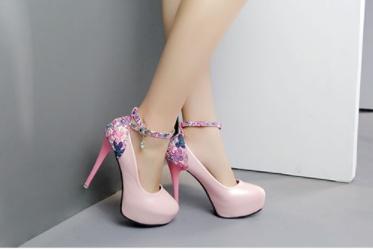 รองเท้าคัทชูพิมพ์ลายดอกไม้ส่วนท้าย ประดับคริสตัลเม็ดเล็ก