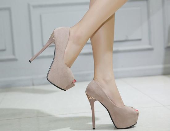 รองเท้าส้นสูงหนังกลับประดับโลหะฉะลุหรูหรา