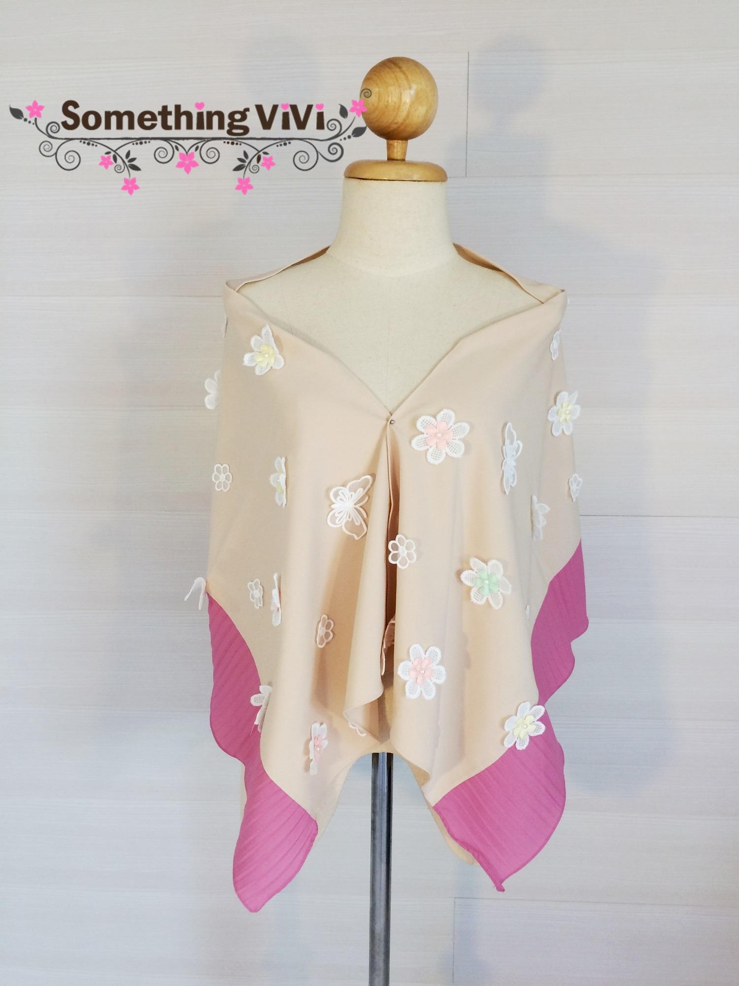 ผ้าพันคอ/ผ้าคลุมไหล่ รุ่น Beaucoup de Fleurs สี Audrey Plum เป็นผ้ามอสเครปสวยหรูประดับด้วยดอกไม้ฟรุ้งฟริ้งประปรายทั่วผ้า สวย น่ารักมาก งานพรีเมี่ยมสุดๆ ค่ะ พร้อมกล่อง/ซองแพคเกจอย่างดี ของขวัญ/ของฝาก