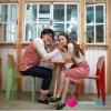 ชุดคู่รักแขนยาว ชุดคู่รักเกาหลี ผู้หญิง – ชุดคู่รักจั๊มเอว แขนยาว คอบัว กระโปรงลายขวางแดง ผู้ชาย – เสื้อแขนยาว ลายขวาง กระเป๋าหน้าใบเล็ก ชุดนี้ดีไซน์น่ารักค่ะ สไตล์เกาหลี มีดีเทลกระเป๋าหน้าใบเล็กๆน่ารักมากค่ะ