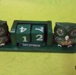 ปฏิทินไม้แกะสลักรูปนกฮูกคู่ (ไซส์ M) สีเขียว แบบ B