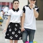 ชุดคู่ เสื้อคู่ เสื้อคู่รัก ชุดพรีเวดดิ้ง ชุดคู่รัก เสื้อคู่รักเกาหลี เสื้อผ้าแฟชั่น ผู้ชาย เป็นเสื้อคอวี ประดับแขนลายดอก ผ้าหนานุ่ม ใส่สบายมากคะ ผู้หญิง เป็นเดรสคอปก ตัวเสื้อสีขาว ตัดกับกระโปรงสีดำลายดอก น่ารักมากคะ