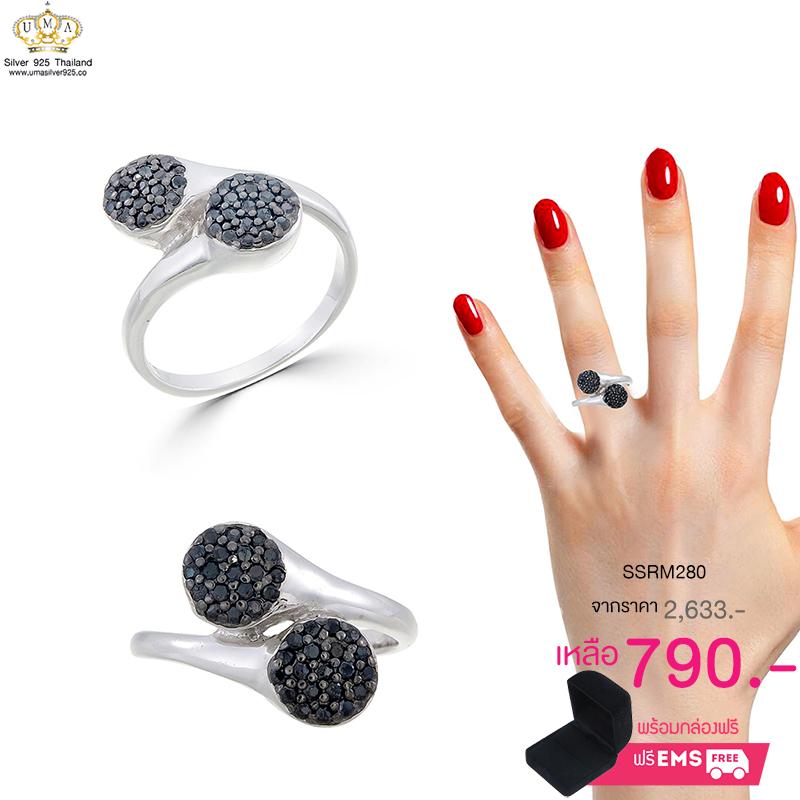 แหวนทองคำขาว ประดับเพชร CZ แหวนทรงกลมไขว้กัน ฝังเพชรกลมดำ ก้านแหวนเรียวเล็ก ดูสวยหรูแต่ไม่เรียบจนเกินไป ใส่ได้เรื่อยๆ ออกงานก็ได้