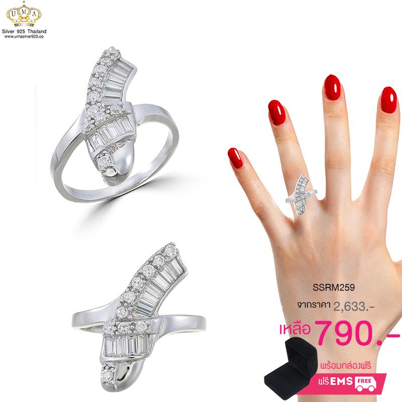 แหวนทองคำขาว ประดับเพชร CZ แหวนดีไซน์หรูเรียบดูดี เพชรกลมประดับเคียงคู่เพชรสี่เหลี่ยมไล่ระดับกัน สวยขาดเริศๆ มีเอกลักษณ์มากงานออกแบบ โดดเด่นไม่เหมือนใคร