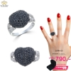 แหวนเพชร ประดับ เพชรCZ แหวนทรงหัวใจนูนใหญ่ ฝังเพชรกลมดำ แวววาวและดูหรูหรา ฉลุบ่าฝังเพชรกลมขาวคอลเลคชั่นนี้ ฮอตแรงเว่อร์ สวยไม่มีใครเกิน