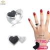 แหวนทองคำขาว ประดับเพชร CZ แหวนทรงหัวใจ 2 ดวง เน้นความโดดเด่นโดยการฝังเพชรที่หัวใจฝังเพชรกลมดำ 1 ดวง และฝังเพชรกลมขาว 1 ดวง ดีไซน์เก๋ใส่สบายนิ้วมาก