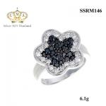 แหวนเงิน ประดับเพชร CZ แหวนดอกไม้ฝังเพชรกลมดำ ล้อมรอบเพชรกลมขาว ก้านแหวนเรียวเล็ก ลงตัวมากๆ กรี้ดเลยขอบอก ทั้งสวย ทั้งเก๋ได้ในวงเดียว ไม่ผิดหวังแน่นอน