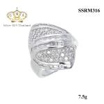 แหวนเงิน ประดับเพชร CZ แหวนทรงมาร์คีย์ฝังเพชรกลมขาว เพิ่มดีเทลหน้าแหวนลายเส้นตัด2แถวฝังเพชรสี่เหลี่ยม ดีไซน์เก๋ หวานซ่อนเปรี้ยว ออกแบบได้ล้ำสวยขาดในสามโลก